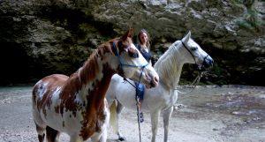 Randonnée à cheval à la cascade de la Druise : sans fers, sans mors et sans selle. Elevage MND painthorse : qualité, nature et magie. Avec Titania Corre