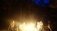 Magie du voyage : Feu de camp en Espagne durant notre road-trip avec les enfants et les chiens-loups