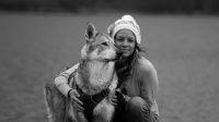Voyager avec son chien : Titania Corre et Atala, chien-loup de saarloos, road-trip en Ecosse
