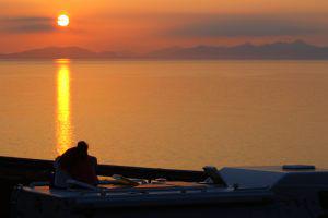 Coucher de soleil sur les Hebrides, île de Skye, sur le toit du camping-car (notre château-ambulant) pendant notre road-trip en Ecosse en famille