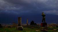 Pompéi, déserte et grandiose, sous un ciel tourmenté, lors de notre tour d'Europe en famille avec nos trois petits non-scos