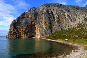Crique sauvage en Grèce lors de notre voyage autour de l'Europe en camping-car avec enfants et chiens-loups