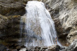 Ressourcement au pied de la cascade, en Espagne (Pyrénées), lors de notre road-trip autour de l'Europe avec enfants et chiens-loups - Titania Corre