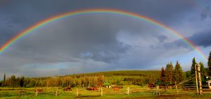 arc-en-ciel sur le teepee heart ranch, chilcotin, colombie-britannique